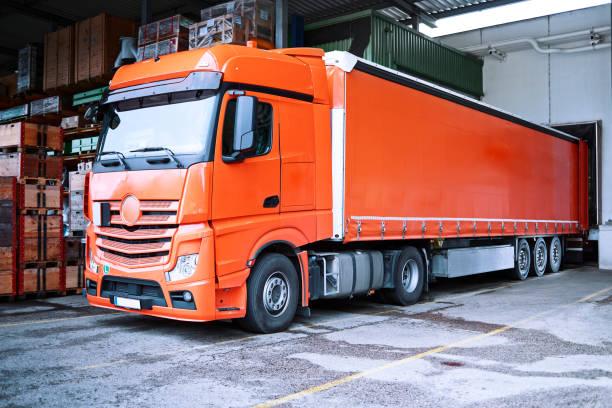 Truck at loading bay:スマホ壁紙(壁紙.com)