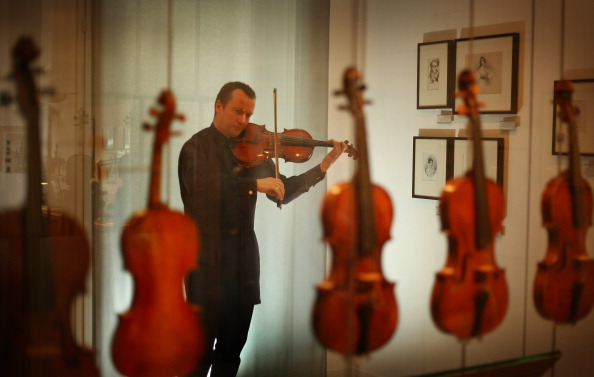 Musical instrument「Recital With The Stradivarius Archinto Viola, One Of The Rarest Musical Instruments In The World」:写真・画像(17)[壁紙.com]