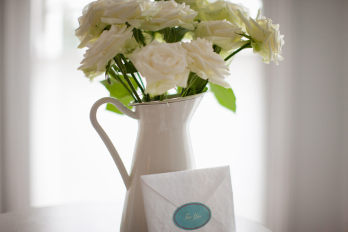 Consoling「Card leaning against white rose bouquet in pitcher」:スマホ壁紙(3)