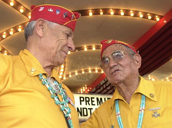 Binary Code「Navaho Veterans at 'Windtalkers' Premiere」:写真・画像(5)[壁紙.com]