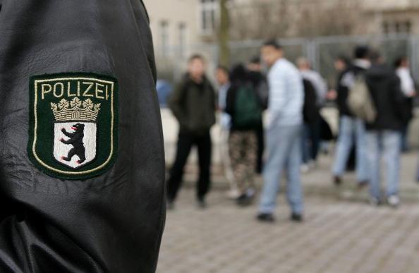 Police Force「Berlin School Threatened by Student Violence」:写真・画像(1)[壁紙.com]