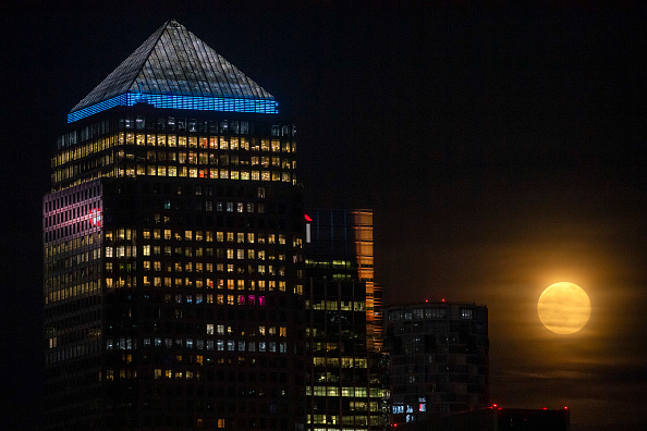 Justin Setterfield「The Final Supermoon Of The Year Rises Over Europe」:写真・画像(0)[壁紙.com]