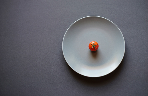 Gray Background「Tomato on white plate」:スマホ壁紙(6)