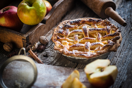 Farm「Homemade Apple Pie On A Wood Surface」:スマホ壁紙(6)