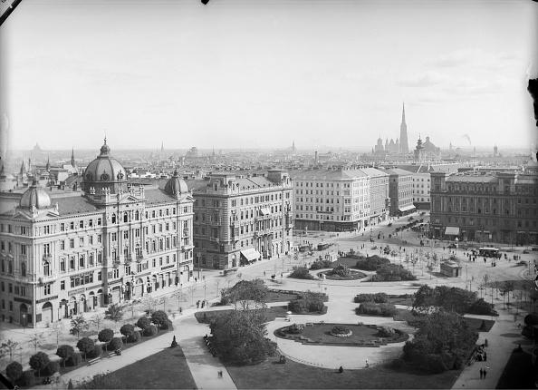 1900「Forecourt of the Vienna Votivkirche」:写真・画像(12)[壁紙.com]