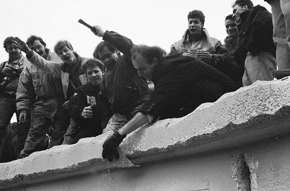 Demolishing「Berliners On The Wall」:写真・画像(2)[壁紙.com]