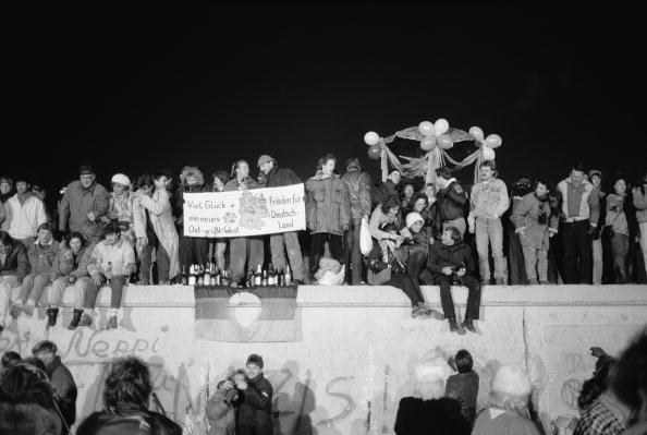 Surrounding Wall「Party On The Berlin Wall」:写真・画像(1)[壁紙.com]