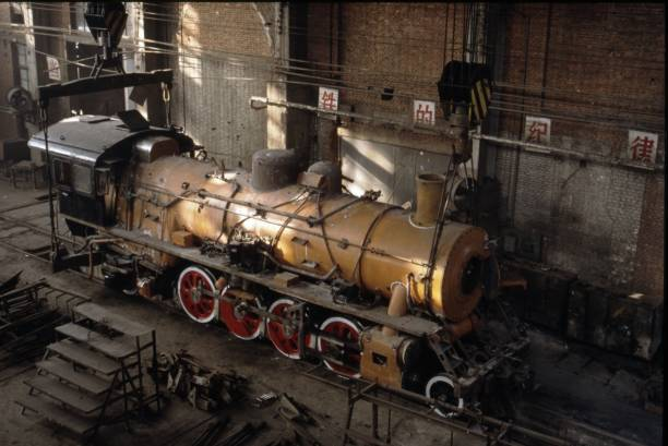 A view from the overhead crane of the erecting shop at Tangshan Loco Works China on new year's day 1992 show a newly assembled SY Class industrial 2-8-2.:ニュース(壁紙.com)