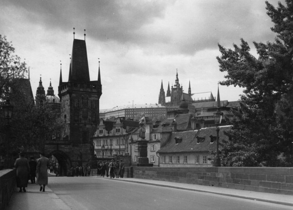 Charles Bridge「View from the Charles bridge to the Old Town and the well- known bridge tower」:写真・画像(18)[壁紙.com]