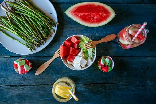 グミ・キャンディー「Table with salad, watermelon, lemonade, asparagus and candies」:スマホ壁紙(16)