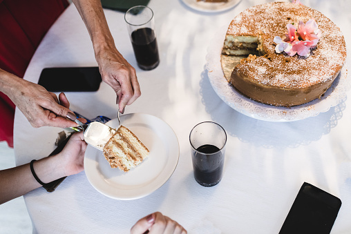 Unrecognizable Person「Table with cake and slice of cake and soda」:スマホ壁紙(12)