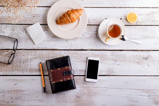 Coffee Break「Table with croissant, tea, smart phone and personal organiser」:スマホ壁紙(15)