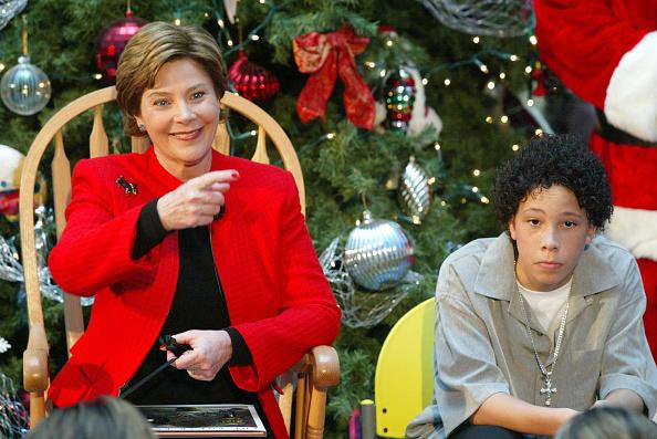 Alex Wong「Laura Bush Visits Children's National Medical Center」:写真・画像(1)[壁紙.com]