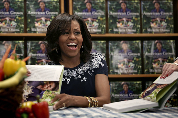 Book Signing「First Lady Michelle Obama Signs Copies Off Her New Book」:写真・画像(10)[壁紙.com]