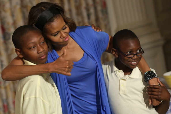 West Virginia - US State「Michelle Obama And Local Students Harvest Crops From White House Kitchen Garden」:写真・画像(5)[壁紙.com]