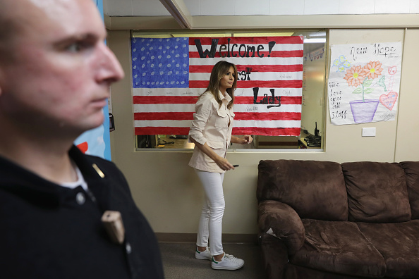 Communication「First Lady Melania Trump Visits Immigrant Detention Center On U.S. Border」:写真・画像(19)[壁紙.com]