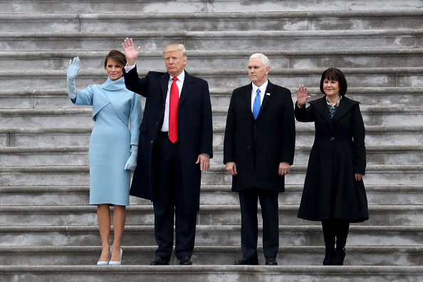 Waving - Gesture「Donald Trump Is Sworn In As 45th President Of The United States」:写真・画像(6)[壁紙.com]