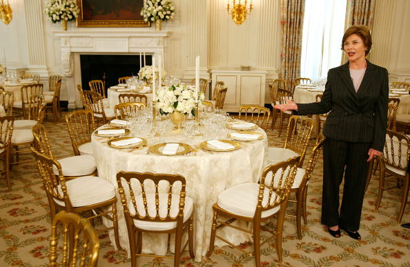Setting「Laura Bush Previews State Dinner Preparations For Queen Elizabeth II」:写真・画像(5)[壁紙.com]