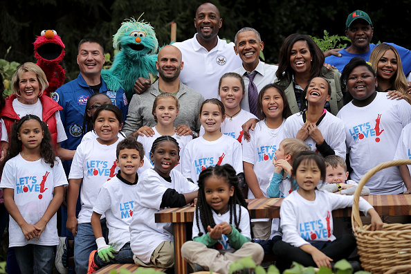 アロンゾ モーニング「Michelle Obama Helps Students Harvest White House Kitchen Garden」:写真・画像(5)[壁紙.com]