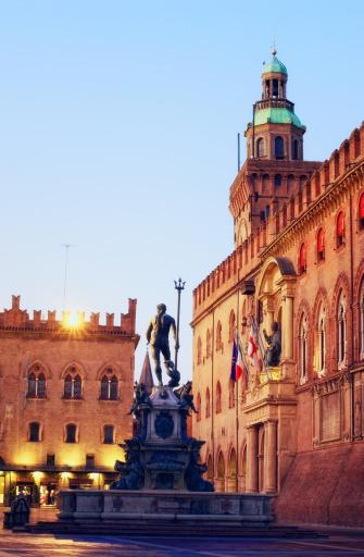 Town Square「Neptune fountain and Piazza Maggiore in Bologna Italia at dawn」:スマホ壁紙(10)