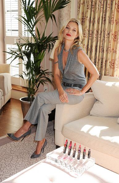 座る「Kate Moss Presents Her First Personally Designed Lipstick Collection For Rimmel - Photocall」:写真・画像(8)[壁紙.com]
