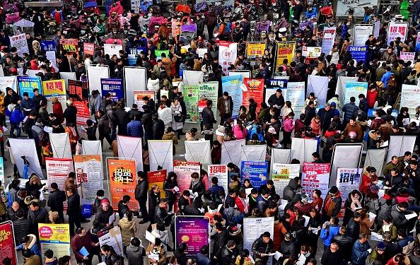 Finding「Job Hunters Surge Into The Job Fair In Chuzhou」:写真・画像(12)[壁紙.com]