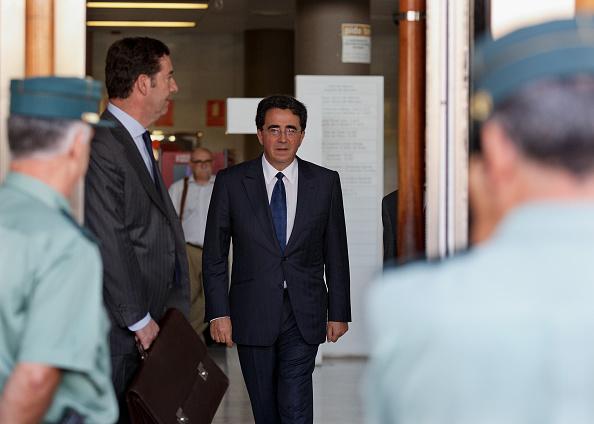Paying「Spanish Architect Santiago Calatrava Court Appearance」:写真・画像(15)[壁紙.com]