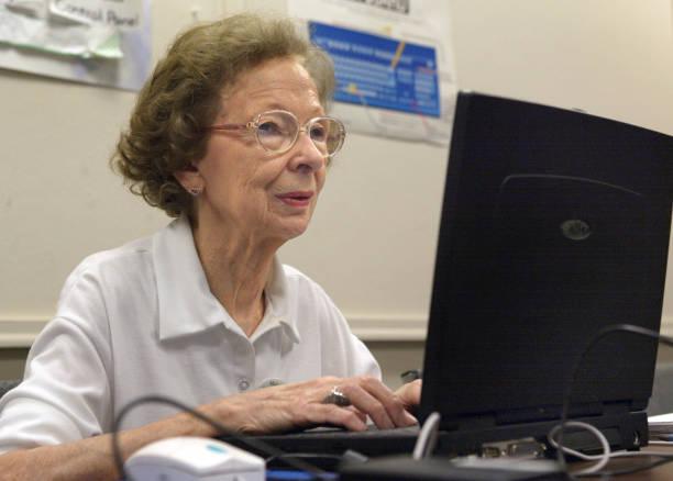 Seniors Citizens Learn Computer Skills:ニュース(壁紙.com)