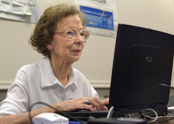 Working「Seniors Citizens Learn Computer Skills」:写真・画像(14)[壁紙.com]