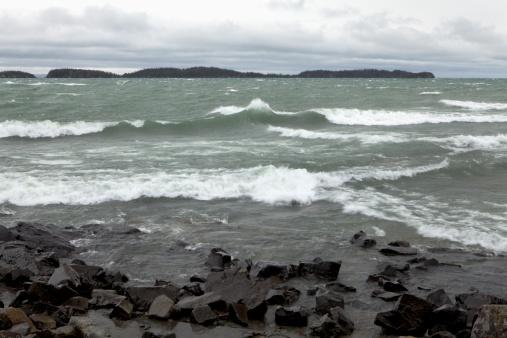 Great Lakes「crashing waves on the rocky shoreline of lake superior」:スマホ壁紙(0)