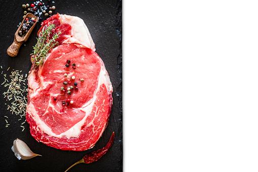 Cattle「暗い background54 の新鮮な生の牛肉ステーキ」:スマホ壁紙(0)