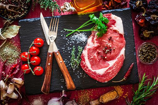 Cattle「濃い赤の背景に新鮮な生の牛肉ステーキ」:スマホ壁紙(5)