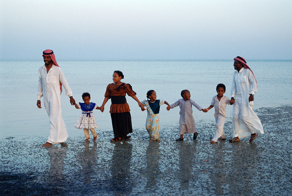 Dhahran「Family walking hand in hand across beach. Dharan, Saudi Arabia 1990」:写真・画像(19)[壁紙.com]
