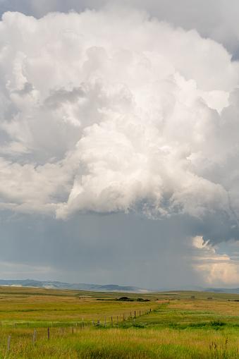 雲「Storm clouds mass above mountain ranch」:スマホ壁紙(8)