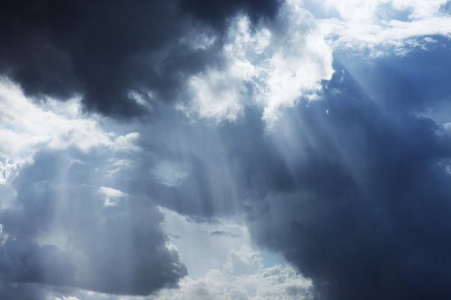 Awe「Storm cloudscape with sunbeams on a dramatic sky」:スマホ壁紙(6)