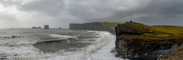 Dyrholaey「Storm clouds over Dyrholaey black basalt sand beach and cliffs」:スマホ壁紙(5)
