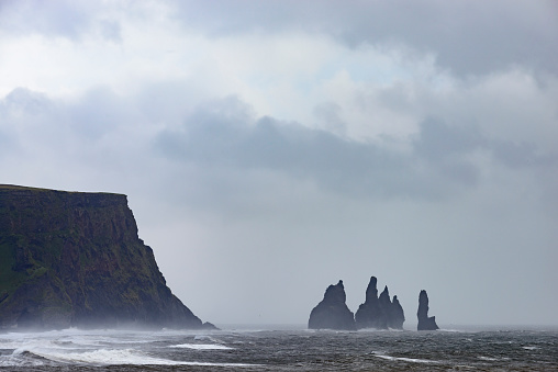 Dyrholaey「Storm clouds over Dyrholaey black basalt sand beach and cliffs」:スマホ壁紙(6)