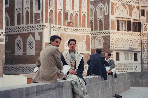 Looking Over Shoulder「Yemen Men」:写真・画像(0)[壁紙.com]
