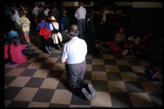 Tiled Floor「Polish Catholic Pilgrimage And Prayer」:写真・画像(19)[壁紙.com]