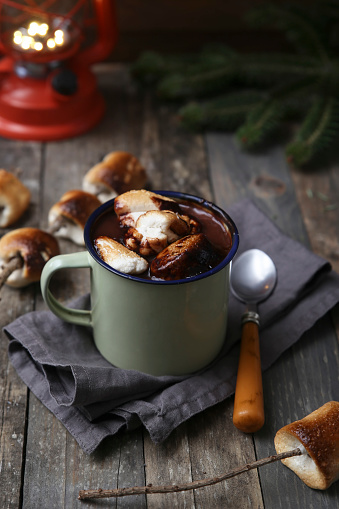 Cocoa「Hot chocolate with fire-roasted marshmallows on wooden table」:スマホ壁紙(16)