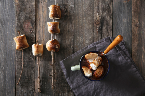 Cocoa「Hot chocolate with fire-roasted marshmallows on wooden table」:スマホ壁紙(18)
