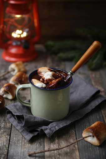 Cocoa「Hot chocolate with fire-roasted marshmallows on wooden table」:スマホ壁紙(15)