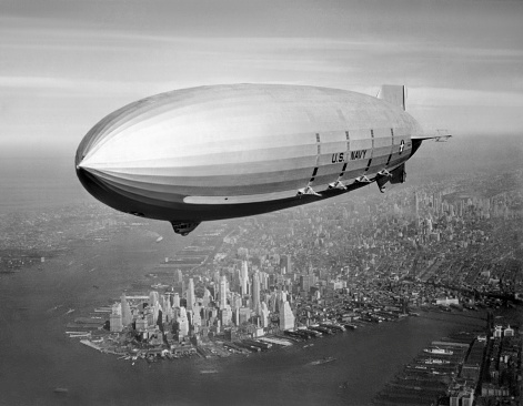 Airship「Vintage aviation photo of the USS Macon Airship flying over New York City, 1933.」:スマホ壁紙(11)