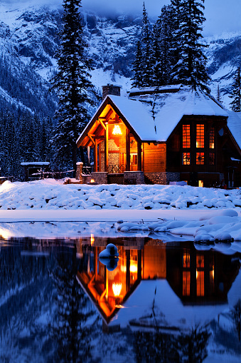 Emerald Lake「Wintery Cabin Reflected」:スマホ壁紙(3)