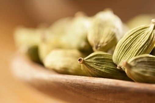 Cardamom「Green cardamom seeds in small wooden bowls」:スマホ壁紙(16)