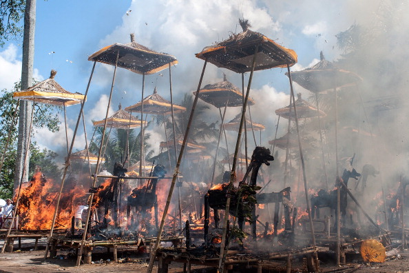 Cremation「Balinese Hindus Hold Mass Cremation」:写真・画像(1)[壁紙.com]