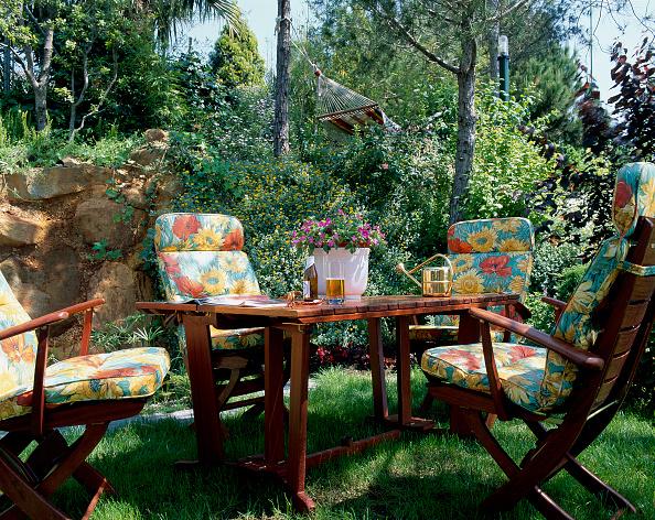 葉・植物「A seating arrangement amidst landscaping」:写真・画像(2)[壁紙.com]