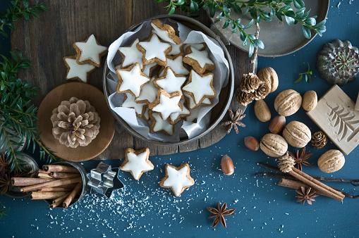 Biscuit「Cinnamon stars in tin can, star anise, cinnamon sticks, nutcracker and pine cones」:スマホ壁紙(19)
