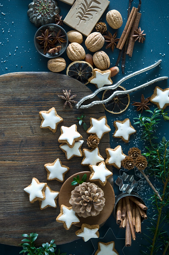 Star Anise「Cinnamon stars, star anise, cinnamon sticks, nutcracker and pine cones」:スマホ壁紙(13)