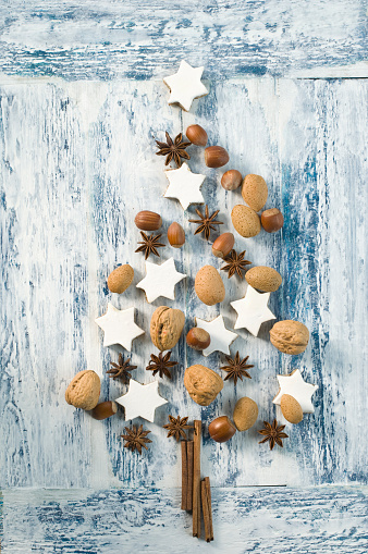 Cookie「Cinnamon stars, cinnamon sticks, star anise and nuts shaped like a Christmas tree」:スマホ壁紙(18)
